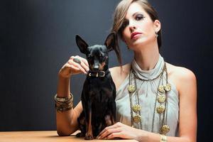 mulher sofisticada com seu cachorro foto
