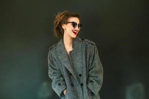 linda garota com casaco foto
