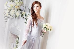 retrato de noiva linda. vestido de casamento. decoração foto