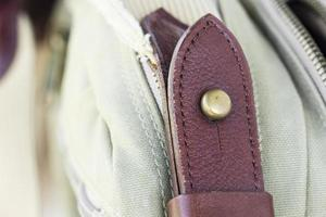 detalhe fivela em bolsas de couro foto