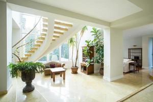 espaço aberto dentro de casa estilo grego