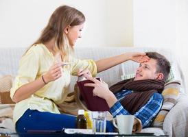 cara doente com gripe e menina amamentando foto