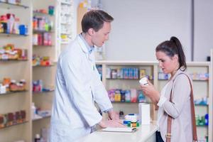 cliente conversando com um farmacêutico foto