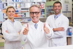 equipe de farmacêuticos sorrindo para a câmera foto