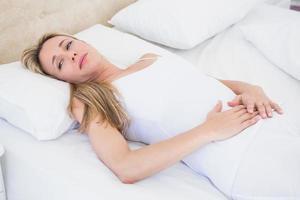 Mulher fazendo careta sofrendo de dor de estômago