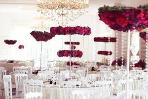 mesa de jantar elegante com bela decoração de flores foto