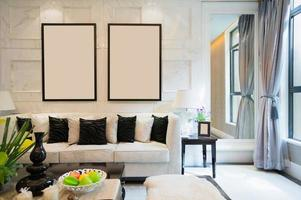 sala de estar luxuosa em preto e branco