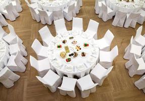 evento lindamente organizado - mesas de banquete servidas