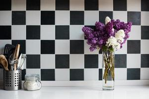 lilases em um vaso e utensílios de cozinha