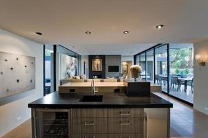 cozinha moderna com sala e varanda atrás