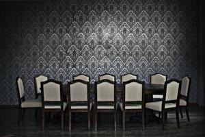 mesa de jantar e muitas cadeiras foto