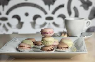 café e biscoitos em close-up da mesa