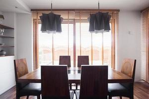mesa de jantar de madeira maciça foto