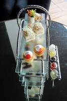jogo de chá da tarde com coleção de doces foto