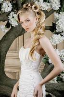 jovem noiva beleza sozinha no interior vintage de luxo com um foto
