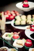 comida na mesa do casamento