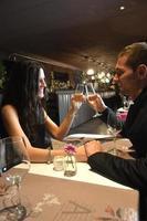 casal apaixonado jantando em restaurante elegante foto