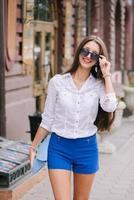 bela moda mulher na cidade foto