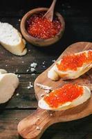 sanduiche com caviar vermelho foto