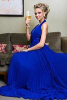 linda mulher com uma taça de vinho foto