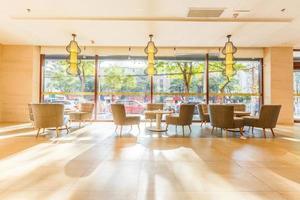 piso claro e decoração interior do restaurante foto