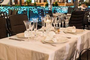 pondo mesa para jantar em restaurante foto