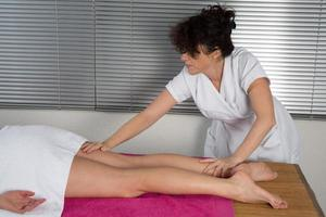 closeup de perna recebendo massagem