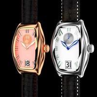 relógio de pulseira de couro.