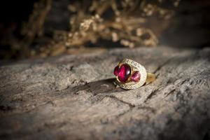 joias locais contendo prata, ouro e pedra feitas à mão.