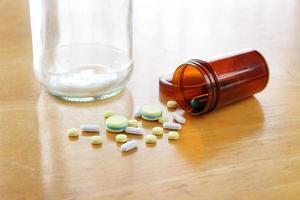medicamento na mesa de madeira foto