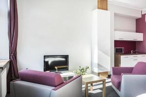 apartamento estúdio moderno com detalhes violeta
