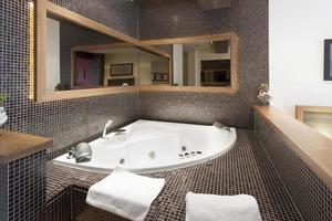 banheira de hidromassagem no interior do quarto do hotel foto