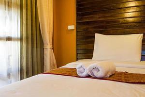 toalha no quarto de hotel foto