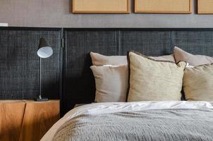 lâmpada preta moderna em mesa de madeira em quarto em casa foto