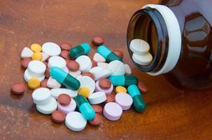 vários comprimidos, pílulas para diferentes terapias foto