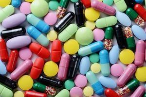 pílulas isoladas no fundo branco foto
