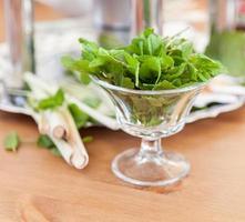 copo com hortelã verde fresca para bebidas foto