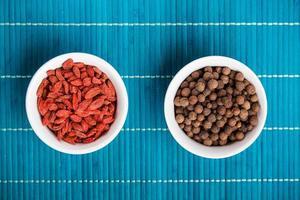 bagas de goji e pimenta da Jamaica foto