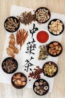 chá de ervas chinês foto