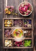chá de ervas e ervas secas em uma caixa de madeira