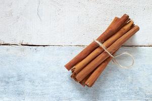 paus de canela amarrados com uma corda natural foto