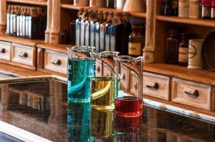 três copos berzelius com líquido colorido foto