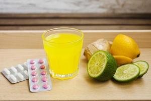 xarope, tabletes e frutas foto