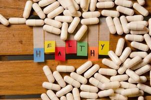 alfabeto saudável e medicamento em cápsula foto