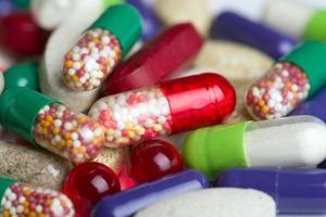 pílulas isoladas no fundo branco