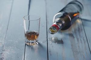 copo e uma garrafa de álcool foto