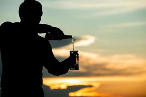 homem servindo cerveja foto