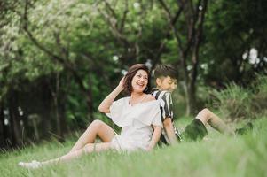 feliz casal de lésbicas asiáticas no parque
