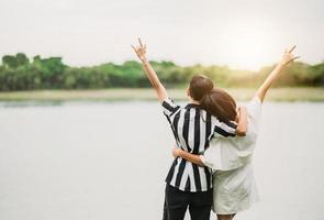 vista traseira de um casal lésbico asiático