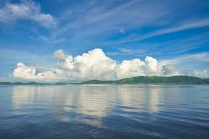 paisagem marítima de manhã tranquila foto